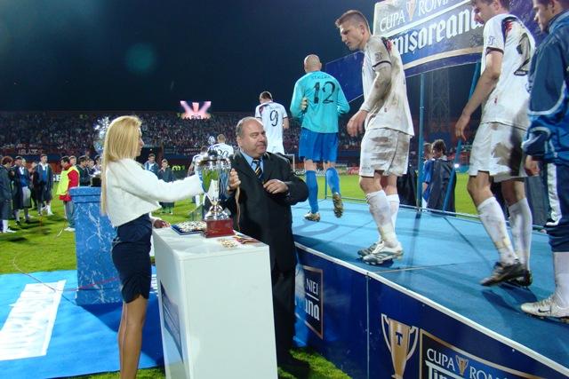 Gheorghe-Stefan-a-premiat-arbitrii-in-finala-Supercupei-Romaniei.jpg