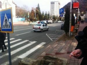 O masina de politie si o patrula de ziaristi