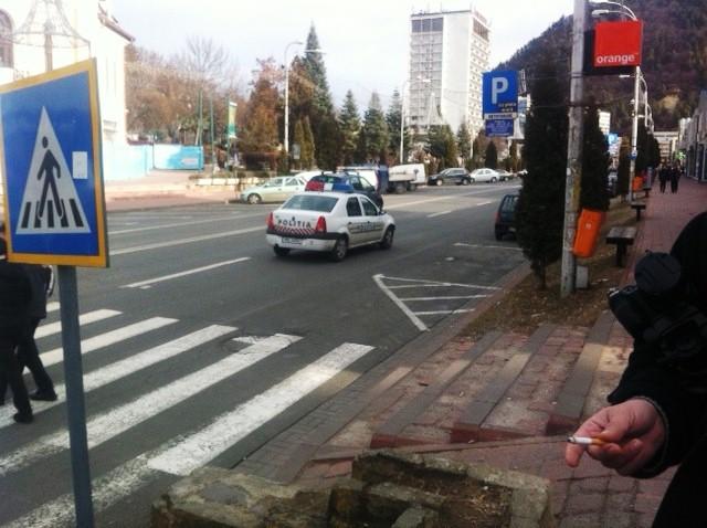 O-masina-de-politie-si-o-patrula-de-ziaristi.jpg