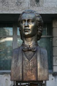 Solicitarea Asociației Conta și sprijinul județului s-au pus la temelia bustului lui Eminescu