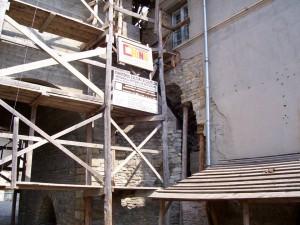turnul restaurat cu un picior in corpul de chilii