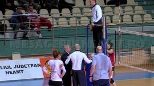 Faza 1 - Vasile Ouatu se indreapta catre arbitrul de scaun