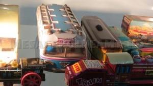 Autocarul e cea mai impresionantă jucărie făcută la noi, la români, care pleca la export. Pe internet costă 7-800 de lei.