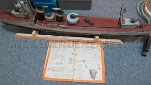 """""""La Casa Pionierului, exista un club de machete, de modelaj. Mergeam cu copiii și construiam diferite vase, în funcție de ce găseam în reviste și ne impresiona. Vasul acesta l-am găsit anul trecut, în târg. Venise cineva cu o roabă cu 4 modele de acest gen. Am fost norocos să le găsesc. Am dat 50 de euro pe vasul mare"""""""