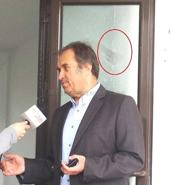 """Directorul Gheorghe Căescu de la Locativ nu trebuie să se supere că geamul este spart la inaugurare: cică cioburile aduc noroc și """"promisiunile"""" noii conduceri din Primărie că toți pesediști vor zbura din funcții au fost doar o chestiune de imagine"""