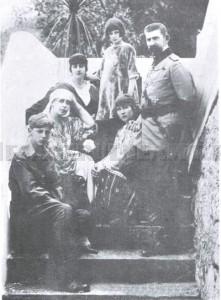 Familia Regală în timpul refugiului din 1918 la Bicaz. (Stg. la Dr.) Principele Nicolae, Regina Maria, Principesele Elisabeta, Ileana, Mărioara și Regele Ferdinand