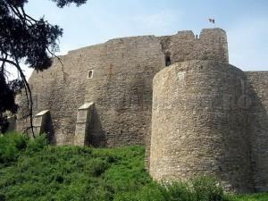 zidul si ruinele unui fost bastion din vremea lui   Stefan
