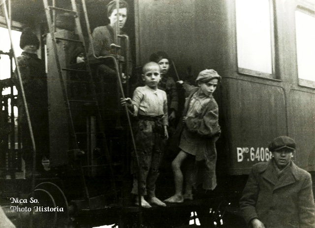 Copii evacuați din calea foametei în România, Iunie 1947. Autorul fotografiei comentează, pe verso, cum majoritatea copiilor aflați în această situație erau îmbrăcați în zdrențe, precum cei din imagine