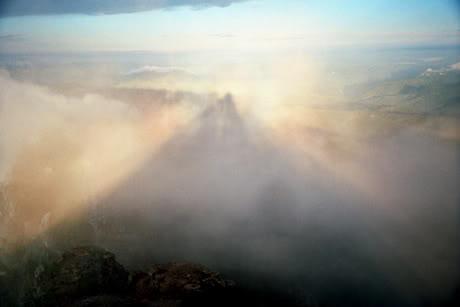 Umbra-piramidei-Ceahlau.jpg