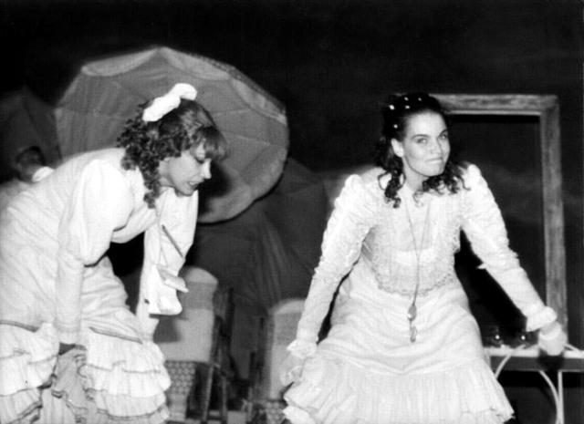 """Maia Morgenstern și Oana Pellea, în """"Bună seara, domnule Wilde!"""", musical de Eugen Mirea și Henri Mălineanu, regia: Nae Caranfil (1987) foto Teatrul Tineretului"""