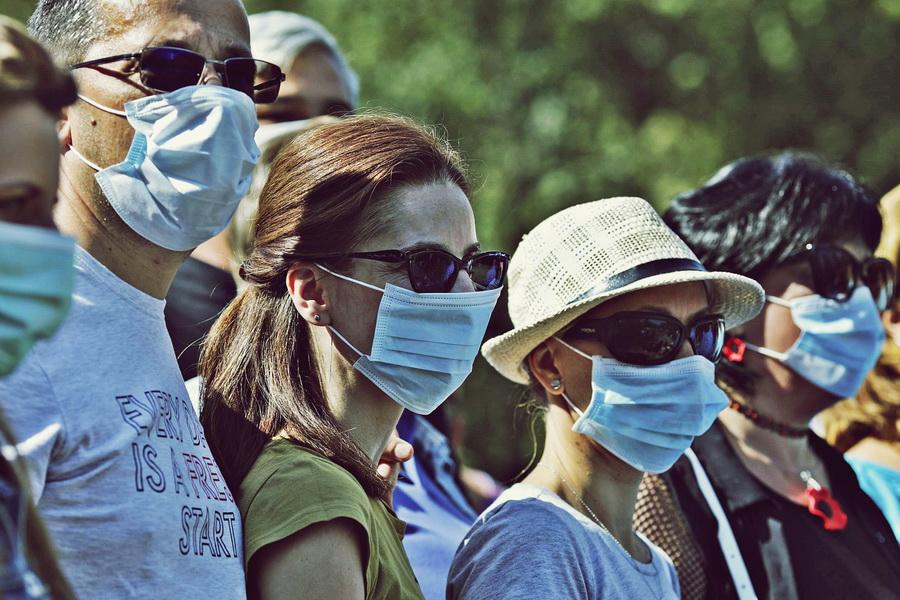 coronavirus-oameni-cu-masti.jpg