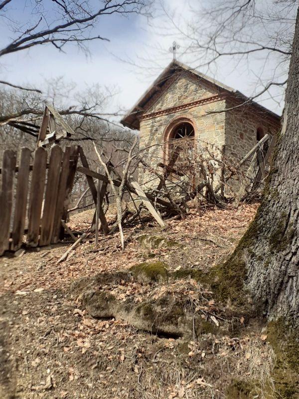 bisericani-capela-cu-gard-de-cruci-daramate.jpg