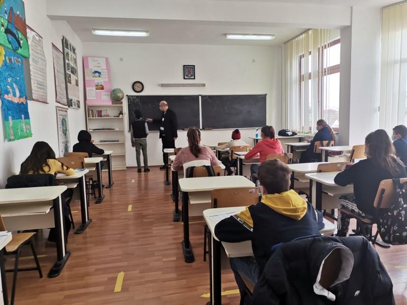 scoala-petricani-profesor.jpg
